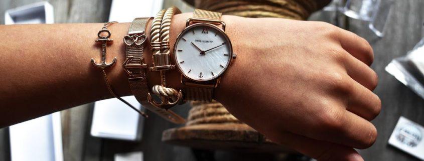 Como combinar relógio com pulseiras