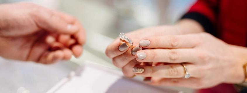 Não perca 5 dicas de como escolher anel de formatura perfeito