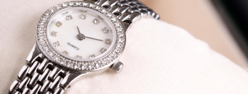 relógio de prata ou dourado